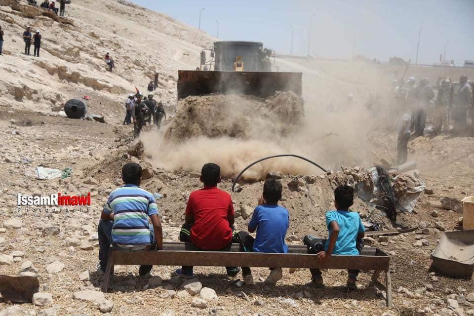 فتية من تجمع الخان الأحمر يتصدون للجرافات. تصوير: عصام ريماوي.