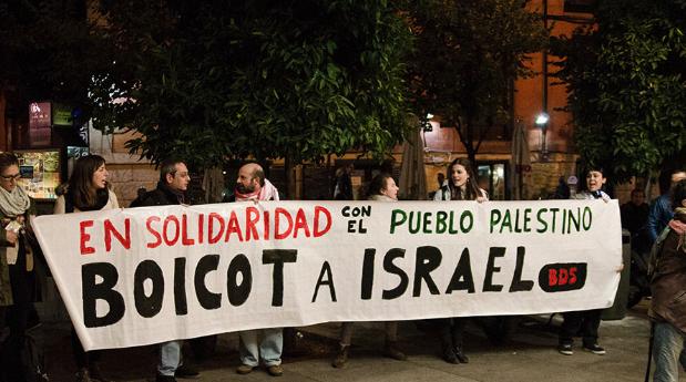 نشطاء حركة المقاطعة في فعالية تضامن مع الشعب الفلسطيني في مدريد. (By: BDS Madrid)
